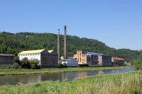 fabrika na druhém břehu