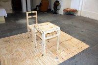 skládací židle a stůl v kostele